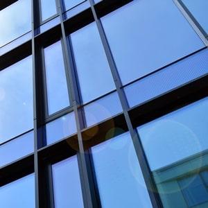 Was die transluzente Fassade ist und aus welchen Materialien sie besteht: Das erläutert das Glossar von Tipp zum Bau.