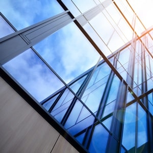 Über die Gestaltungsmöglichkeiten von transluzentem Glas informiert das Glossar von Tipp zum Bau.